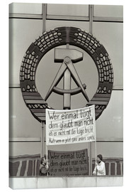Lienzo  Protesters holding a banner on the balcony of the Palast der Republik