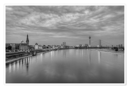 Póster Düsseldorf skyline in the evening in black and white