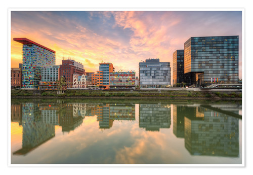 Póster Düsseldorf Reflection in the Media Harbor at sunset