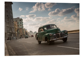Cuadro de PVC  Cuban american car driving through Havana, Cuba. - Alex Saberi