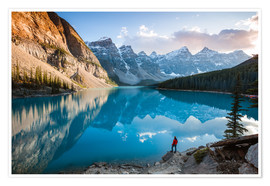 Póster Man admiring sunset at Moraine lake, Canada