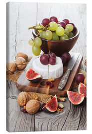 Lienzo  Camembert cheese with figs, nuts and grapes