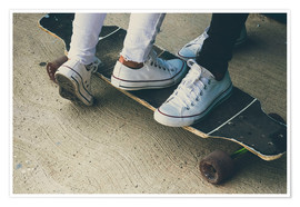 Póster Feet of two teenagers on skateboard
