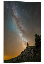 Cuadro de madera  Man shining a flashlight on the Milky Way from atop a mountain in Russia. - Yuri Zvezdny