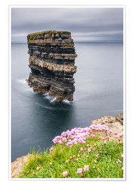 Póster Downpatrick Head en frente de Grey Lake en Irlanda