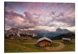 Cuadro de aluminio  Pink clouds at sunset on the typical huts of Odle mountain range seen from Seceda, Val Gardena, Tren - Roberto Moiola