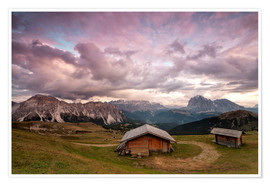 Póster Pink clouds at sunset on the typical huts of Odle mountain range seen from Seceda, Val Gardena, Tren