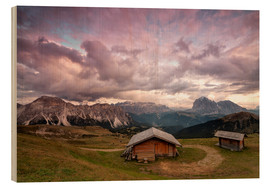 Cuadro de madera  Pink clouds at sunset on the typical huts of Odle mountain range seen from Seceda, Val Gardena, Tren - Roberto Moiola