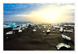 Póster Icebergs on a black sand volcanic beach next to the Jokulsarlon glacial lake in Vatnajokull National