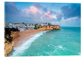 Cuadro de metacrilato  View of Carvoeiro village surrounded by sandy beach and turquoise sea at sunset, Lagoa Municipality, - Roberto Sysa Moiola